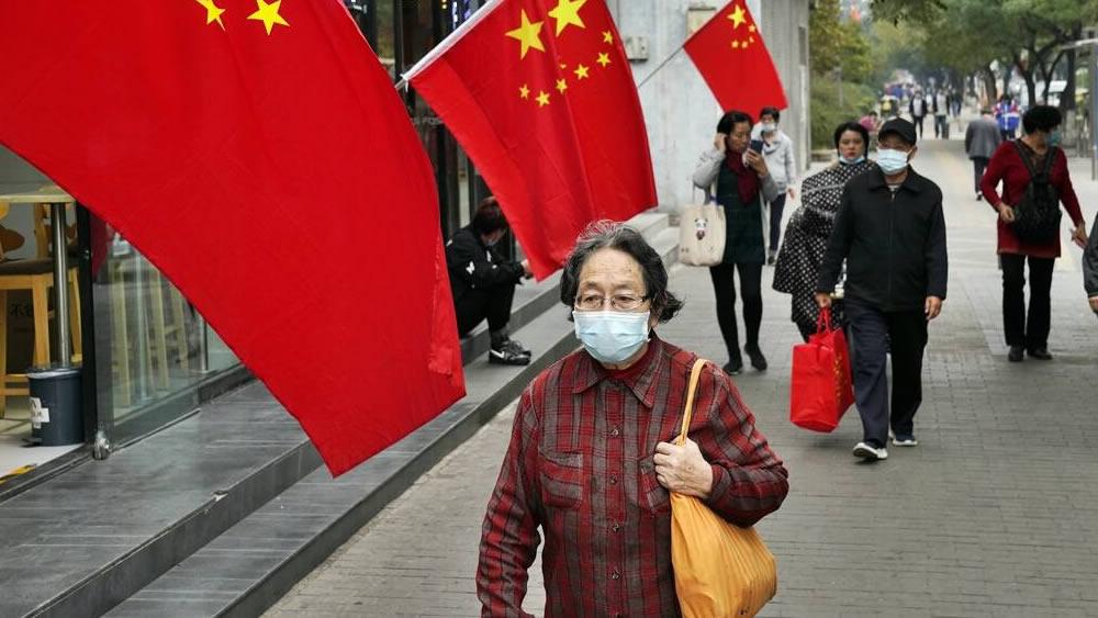 La Cina forza il ritmo delle vaccinazioni con la persuasione... e il denaro